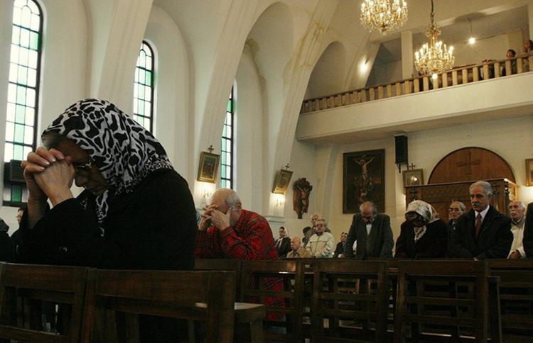 Iran arrests eight Christian converts