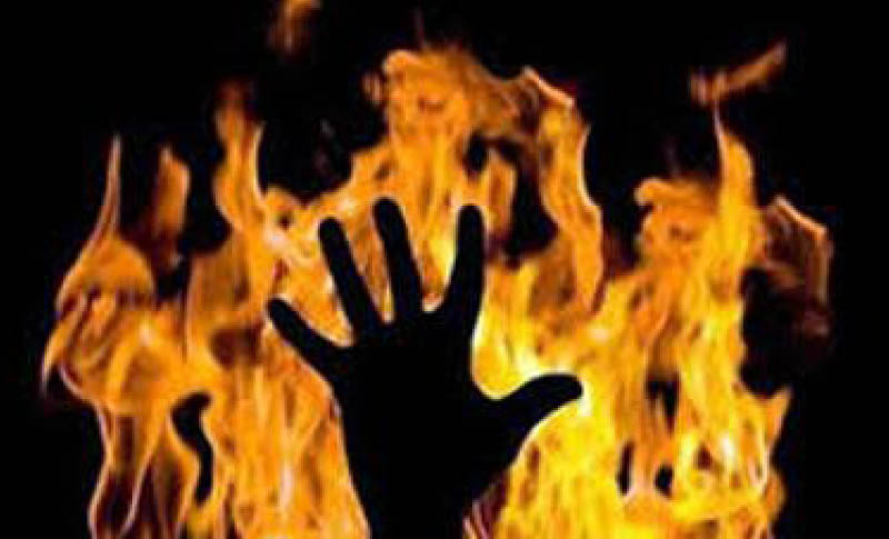Iranian woman set herself in fire